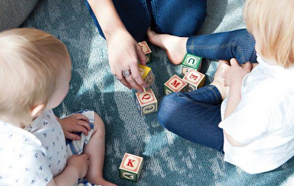 Matka z dziećmi w trakcie zabawy