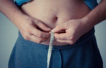 Mężczyzna mierzy brzuch