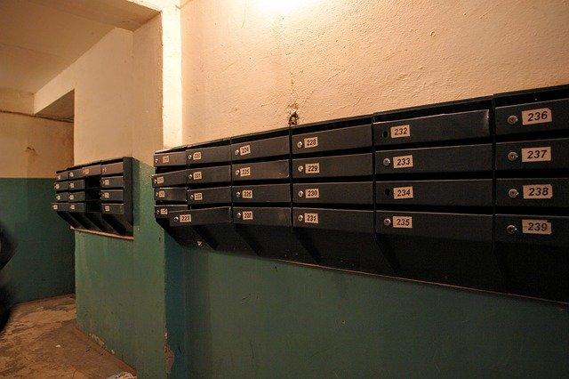 Skrzynki pocztowe w bloku
