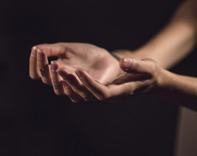 Dłonie młodej osoby